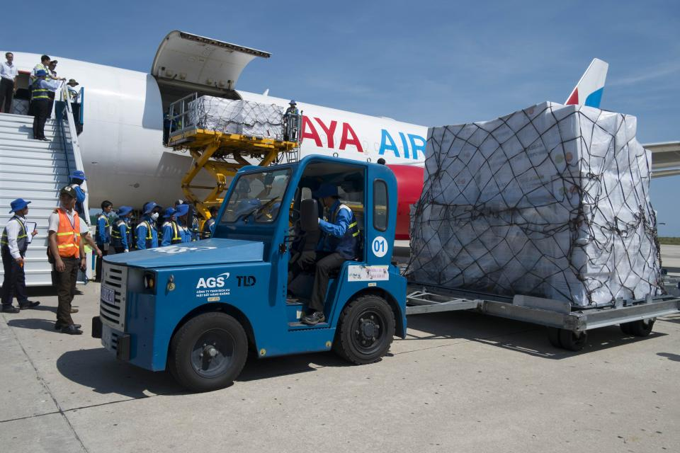 AGS served the aircraft carrying Asean's humanitarian aid for assisting people of 4 provinces in the central Vietnam who were stricken by recent the storm No.12