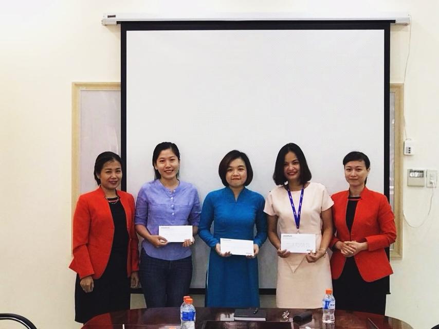 Đại diện hãng hàng không Jetstar Pacific Airlines (JPA) tại Cam Ranh tuyên dương và trao giải thưởng